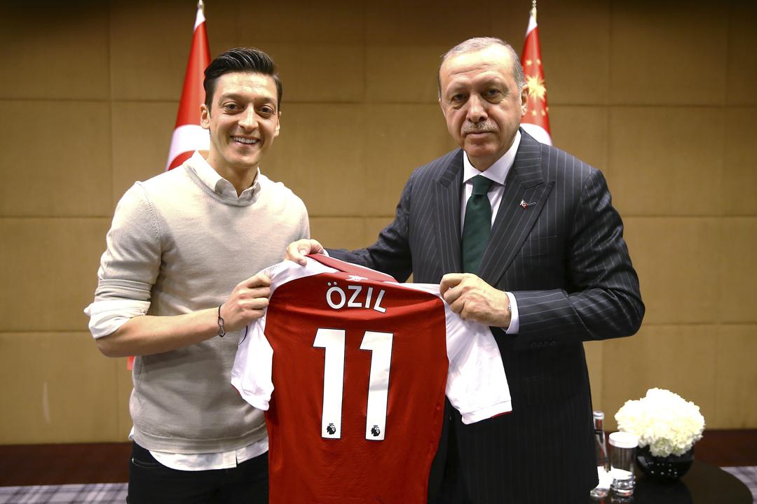 今年5月13日,奧斯爾(Mesut Özil)與土耳其總統埃爾多安(Recep Tayyip Erdoğan)在倫敦會面,並拍下合照,隨即引起德國傳媒及輿論的批評。 攝:Kayhan Ozer / Anadolu Agency / Getty Images