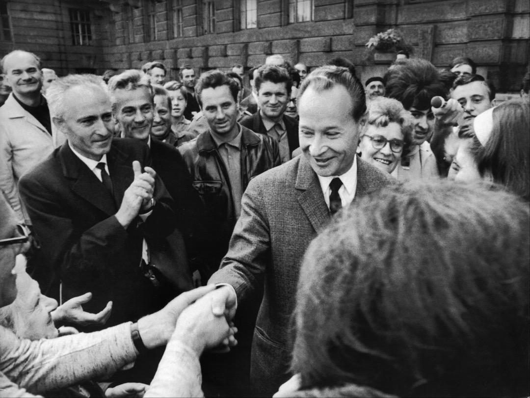 1968年1月5日,杜布切克(中)取代諾沃提尼成為捷共第一書記。通行的主流敘事中,這個日期標誌着「布拉格之春」的開始。