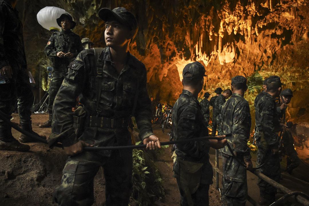 6月26日,泰國軍隊士兵正把電線拉進洞穴內,方便搜救工作進行。