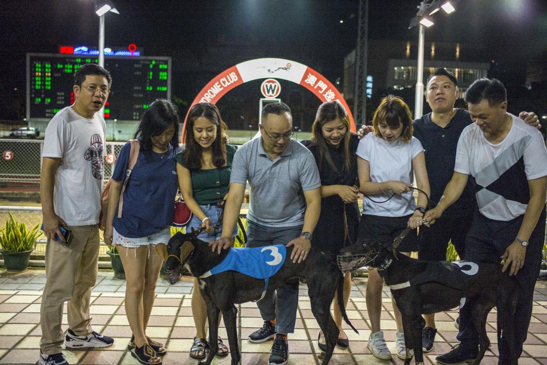 每一場賽事結束後,獲勝的賽狗都會跟狗主合照。