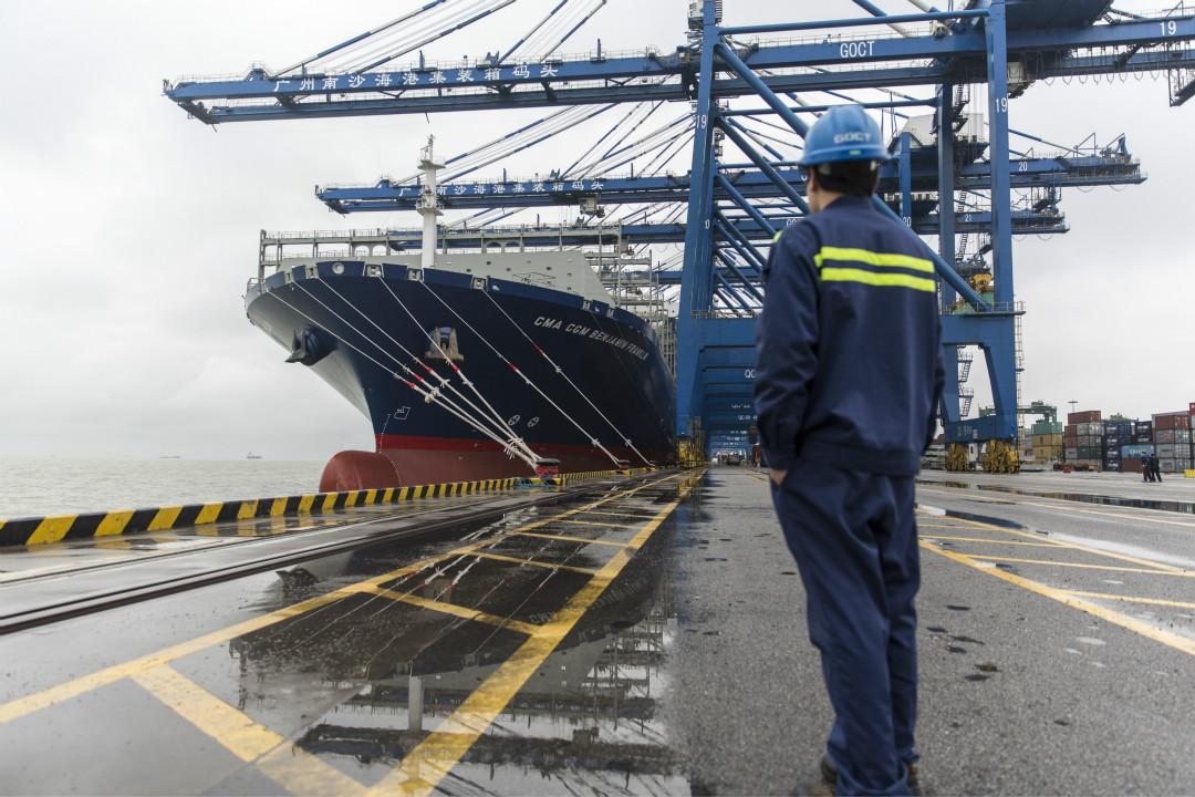 2016年2月1日,美國最大集裝箱貨船本傑明·富蘭克林(Benjamin Franklin)號停泊在中國廣州南沙集裝箱碼頭。 攝:Qilai Shen/Getty Images