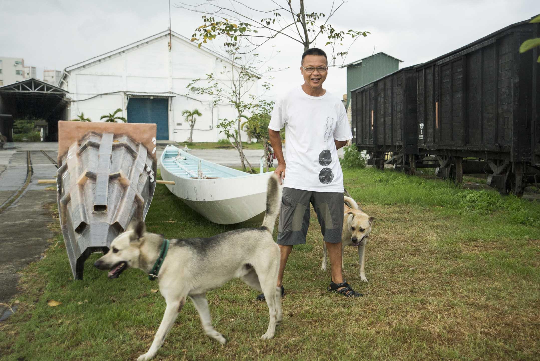 港人胡梓康到台東花一年多的時間親手建造一艘「綠舟」,盼以橫渡黑潮、登上蘭嶼的「青山綠水‧划渡蘭嶼」行動,呼籲大眾關心海漂垃圾等環境污染問題。雖然最後因大浪而無法出海,他表示,未來還會「跟着垃圾一起走。」 攝:林靜怡/端傳媒