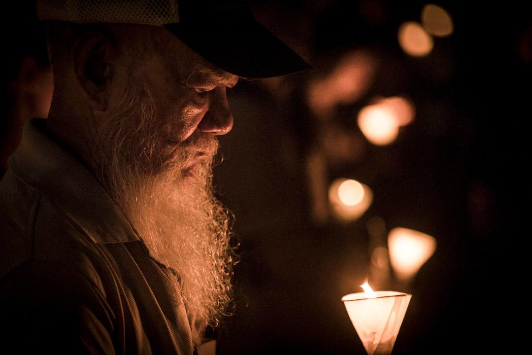 出席市民手持燭光為劉曉波默哀。