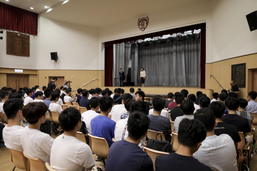 內地生通過DSE考取香港的大學,被部分人視為比高考輕鬆的道路。圖為2018年7月11日,香港中學文憑考試(DSE)放榜,學生在校等候派發成績。 攝:Stanley Leung/端傳媒
