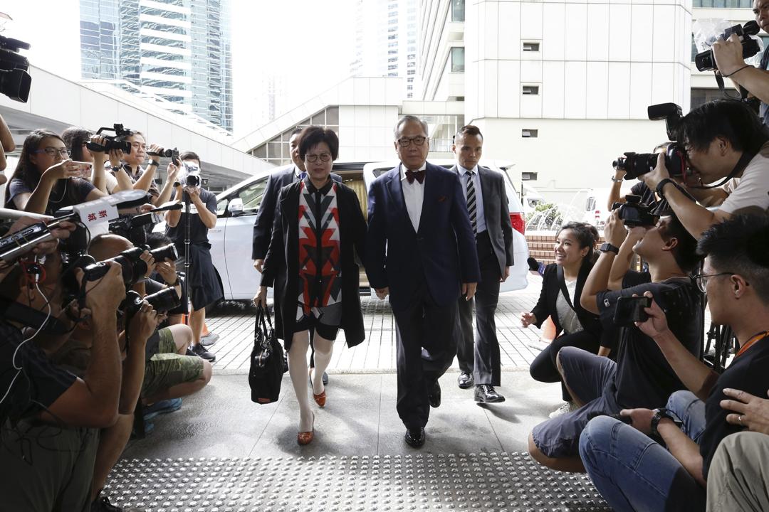 香港前特首曾蔭權今早與妻子曾鮑笑薇攜手抵達法院應訊,早有大批傳媒在場等候追訪及拍照。 攝:端傳媒