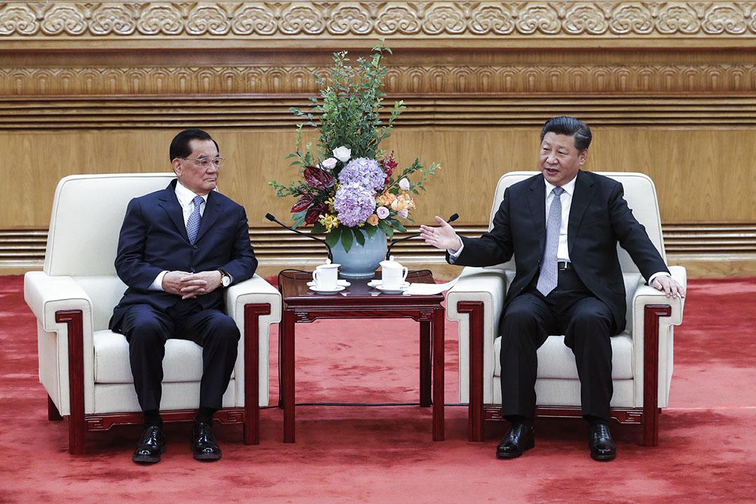 習近平與連戰兩人地位與影響力極不對稱的這幅弔詭畫面,出現在北京人民大會堂高槼格營造的「習連會」上。 攝:Du Yang/VCG via Getty Images