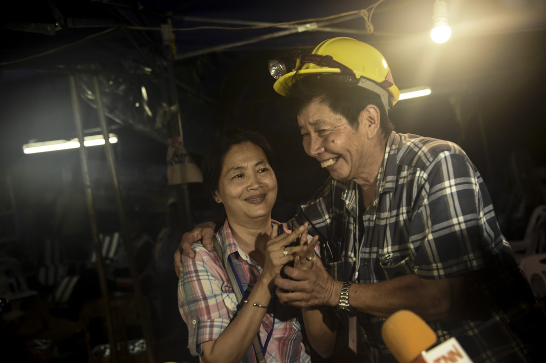 7月2日,家屬聽到失蹤山洞的少年全部生還的消息後,臉上終於能露出半點笑容。