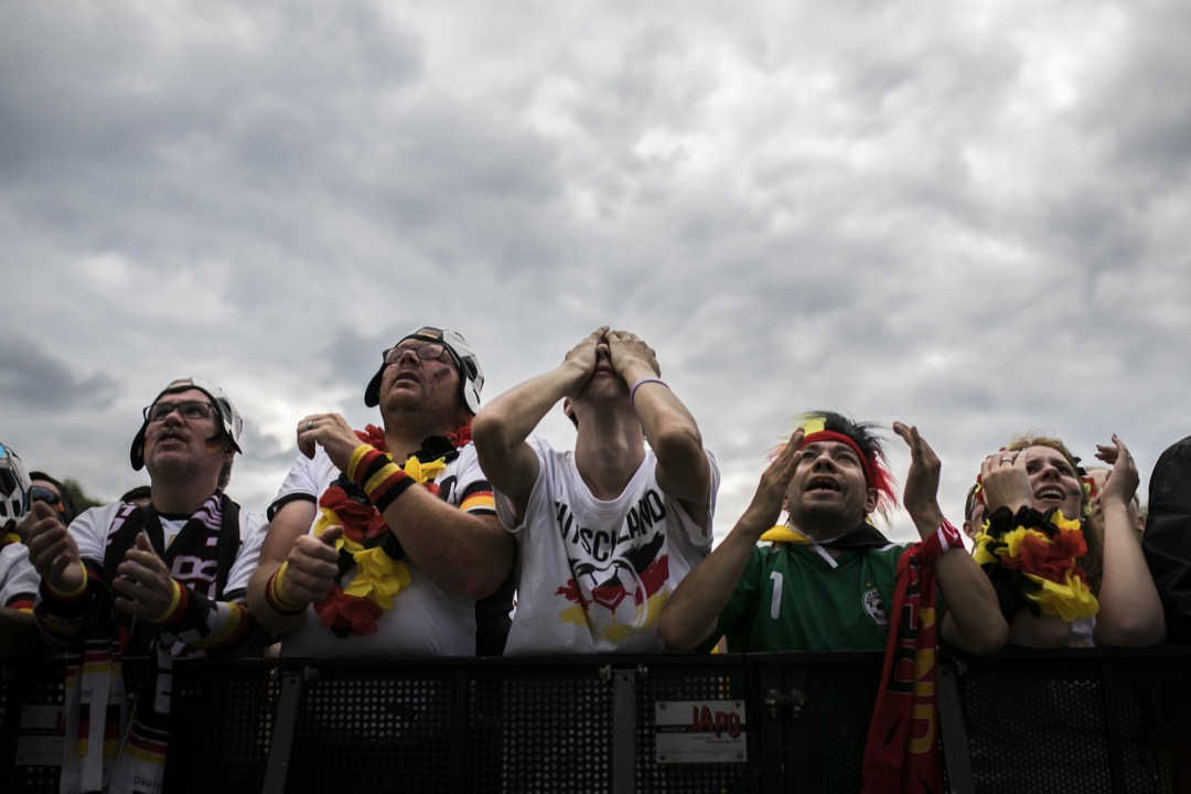 互聯網上流行着一種對德國右翼輿論批判移民球員的「重述」——德國隊今屆的慘敗皆因移民球員自身「民族性」懶散、缺乏對德意志民族和德國足球「戰車」傳統的認同。德國隊出局次日,剛好是歐盟各國政府首腦就移民政策在布魯塞爾進行談判的時候,一切都彷彿不只是巧合。 攝:Florian Gaertner/Photothek via Getty Images