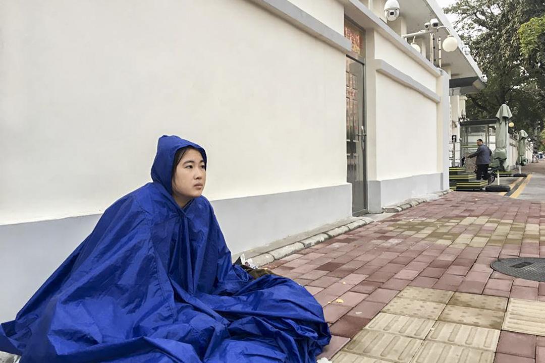 2017年9月22日,李寧披著雨披坐在山東省委門前,要求見省委書記劉家義。
