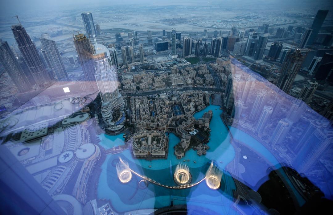 杜拜哈里發塔,樓高828米、共163層,於2010年完工,是目前全球最高的摩天大廈。圖為哈里發塔112樓的景觀,俯瞰全球最大型的音樂噴泉。