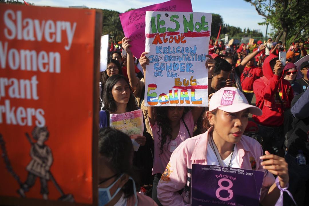 除了政治課題以外,印尼境內同志群體(LGBT)的話題也變得越來越敏感。圖為2017年女權遊行,有同志組織參與爭取平等待遇。