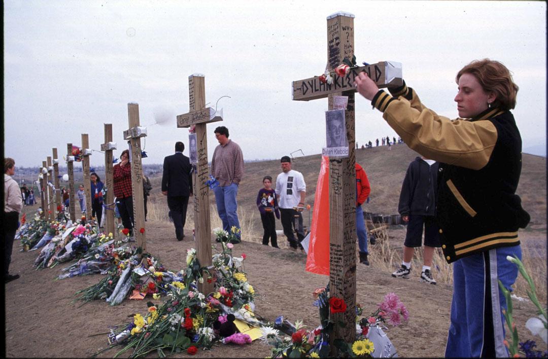 1999年4月,美國發生一起震驚世界的案件:柯倫拜校園槍擊案。兩名學生持槍掃射,一共殺了十二名學生和一名教師,造成二十四人受傷。