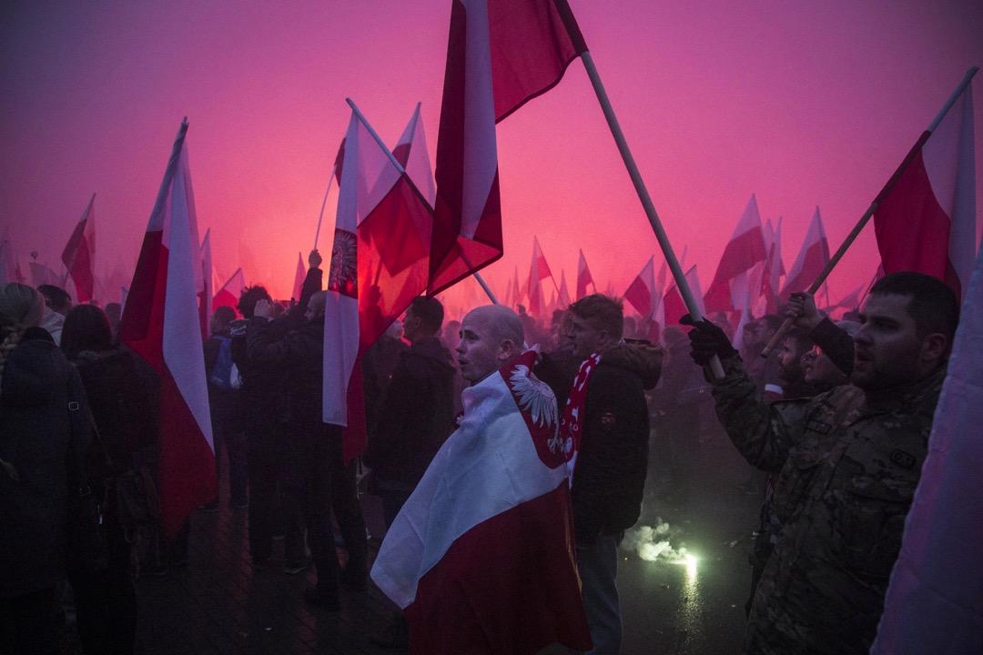 「在波蘭,對現實感到失望的激進年輕人,別無選擇,只能投奔右翼民粹主義陣營。」圖為2016年11月11日,波蘭獨立日,市內發生的一場右翼民族主義運動。 攝:Maciej Luczniewski/NurPhoto via Getty Images