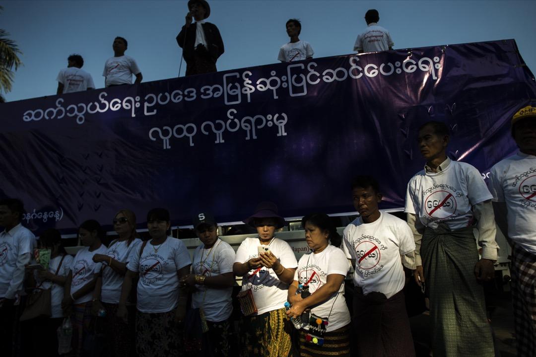 在2017年,緬甸人持有智慧型手機為八成,而幾乎每個人都有Facebook帳號。最嚴重的問題就是人人都把Facebook當作網路的全部。圖為2017年一個由律師和媒體工作者發起的反網絡審查示威。