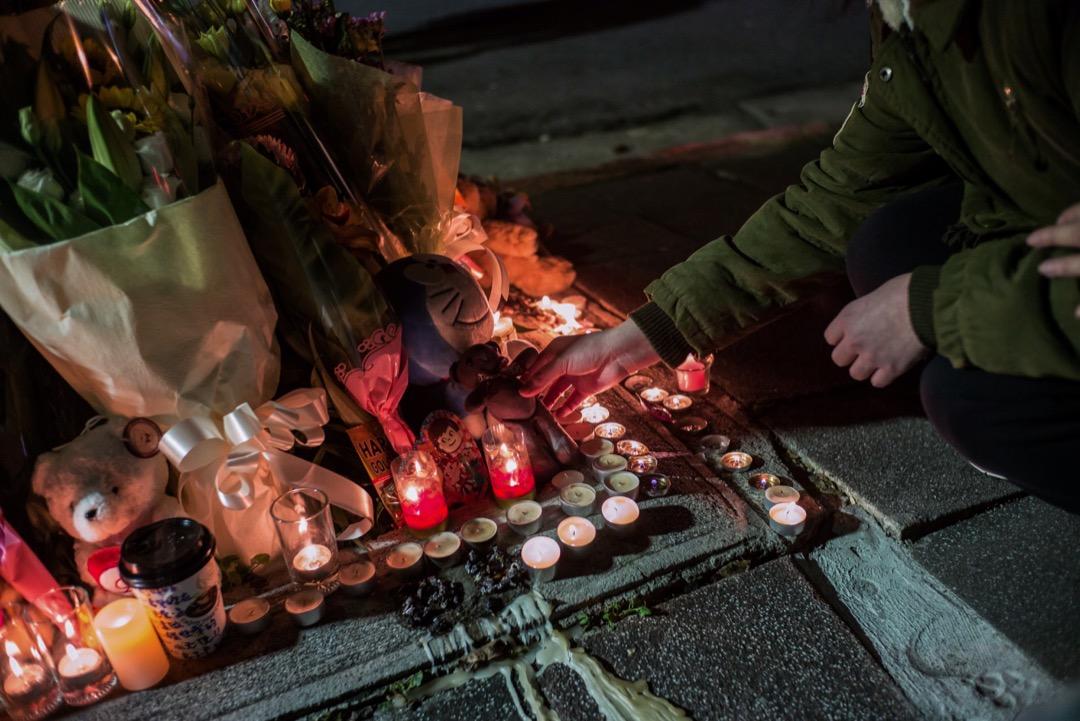 2016年台灣3歲劉姓女童「小燈泡」在街頭被斬殺一案,台灣高等法院於7月3日對被告王景玉作二審宣判,認定王景玉犯案時的辨識行為違法能力顯著減低,判其無期徒刑、刑後監護5年,全案可上訴。圖為2016年,有市民在案發後回到現場擺放鮮花和蠟燭等悼念。 攝:Billy H.C. Kwok/Getty Images
