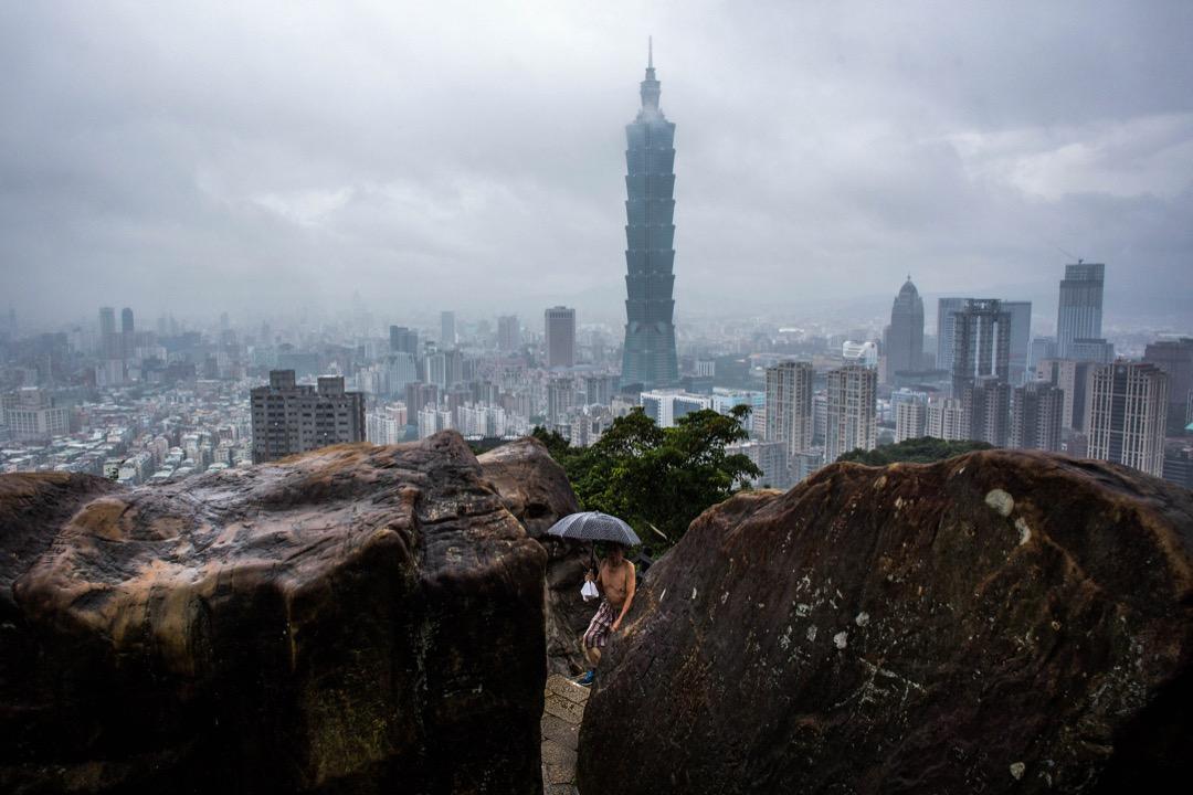 台北101,樓高509米、共106層(101層對外開放),於2004年除夕竣工,並在建成後至2010年1月4日擁有世界第一高樓的紀錄。目前還是全台灣最高及唯一超過100層樓的建築物。