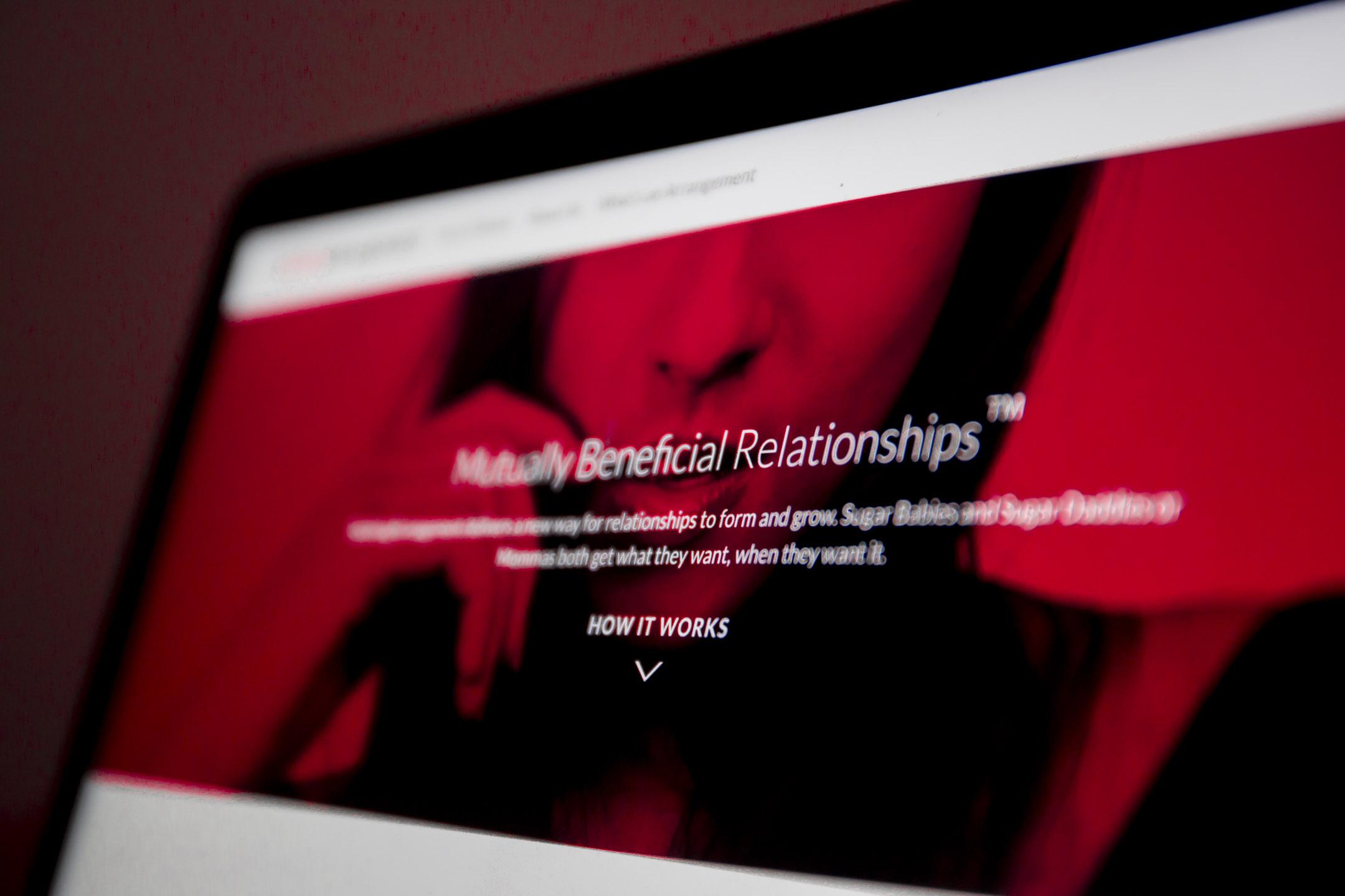 在一個名叫「Seeking Arrangement」的網站上,人們通過系統匹配互相「seek」與「arrange」性伴侶。然而,「當金錢牽扯進去後,你永遠無法預計事情會變成什麼樣」,網站的十八歲用戶——Vera這樣說。 攝:林振東/端傳媒