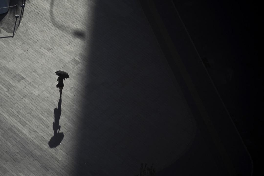 近日中國大陸 #MeToo 運動升級,多名作家、媒體人、公益人、知識分子等被揭發性侵。圖為一名女子在北京街道上走過。 攝:Fred Dufour/AFP/Getty Images