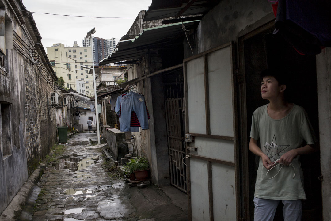 清湖老村是打工階層聚集的城中村,這裏的村民自建房條件簡陋,但租金便宜。城中村裏還有不少「握手樓」。