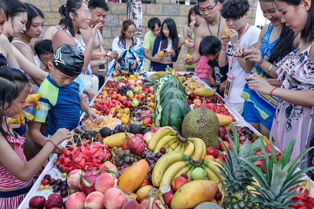2018年7月23日,中國山東,煙台市「37°夢幻海水樂園」舉行水果宴招待到場的遊客。