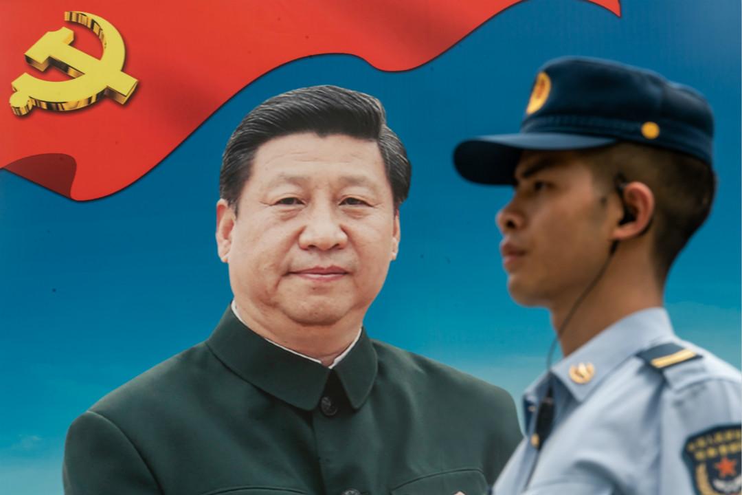 2018年6月30日,中國人民解放軍駐香港部隊的石崗軍營,守衛背後為習近平巨幅廣告牌。 攝:Anthony Kwan/Getty Images