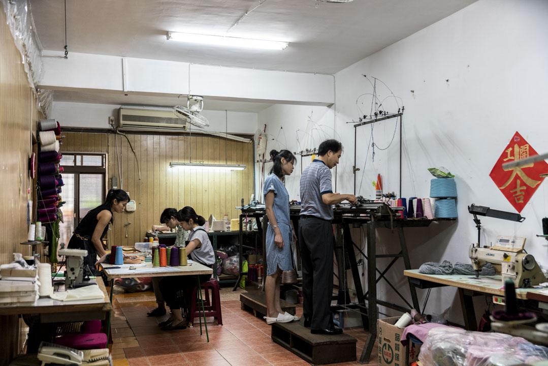 巧欣針織社設計的針劑體驗課程,開課迄今一年多,上百位慕名來上課的學生,幾乎全是二十到四十歲的青壯年。