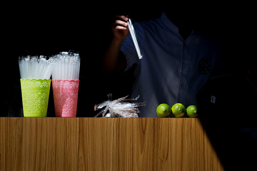 你知道台灣一年用掉多少塑膠袋、吸管嗎?答案是:165億個塑膠袋、30億根吸管。 攝:陳焯煇/端傳媒
