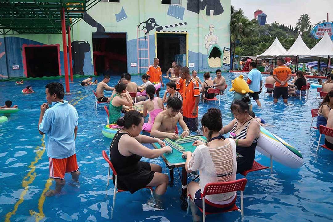 2018年6月30日,中國重慶市,市民到當地泳池參加由泳池舉辦的麻雀大賽,趁機在炎熱的天氣降溫。