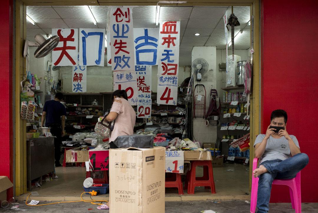 馬立安不滿意泊寓的設計,認為青年公寓背後代表着深圳對勞動力的選擇邏輯,只有單身的勞動力才被歡迎來到深圳,而有家庭的打工者則在居所層面就已經被排擠了。