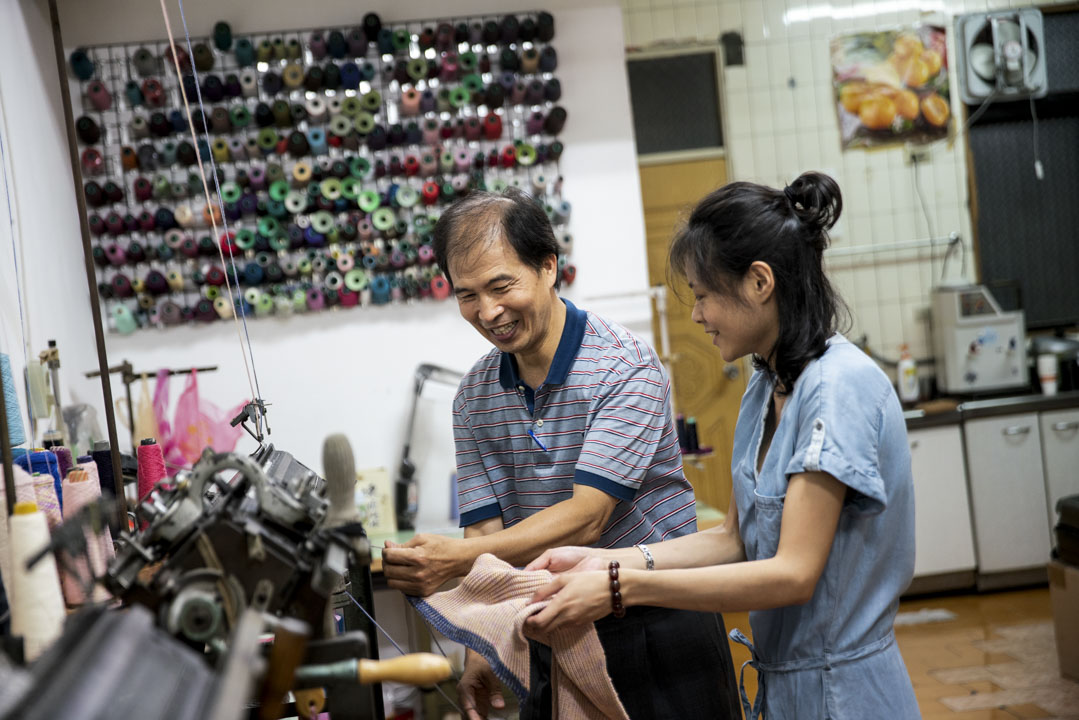 讓陳良泉驚喜的是,最近幾次對外招生的鉤針繡補課,報名狀況特別踴躍,工廠必須加開班次因應需求。圖為陳良泉正細心指導學員。