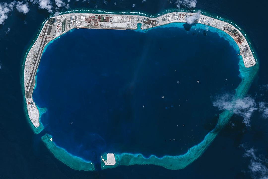 直到1935年第一次地圖開疆,南沙群島與黃岩島才畫在中國版圖上。圖為南沙群島美濟礁。 攝:DigitalGlobe via Getty Images