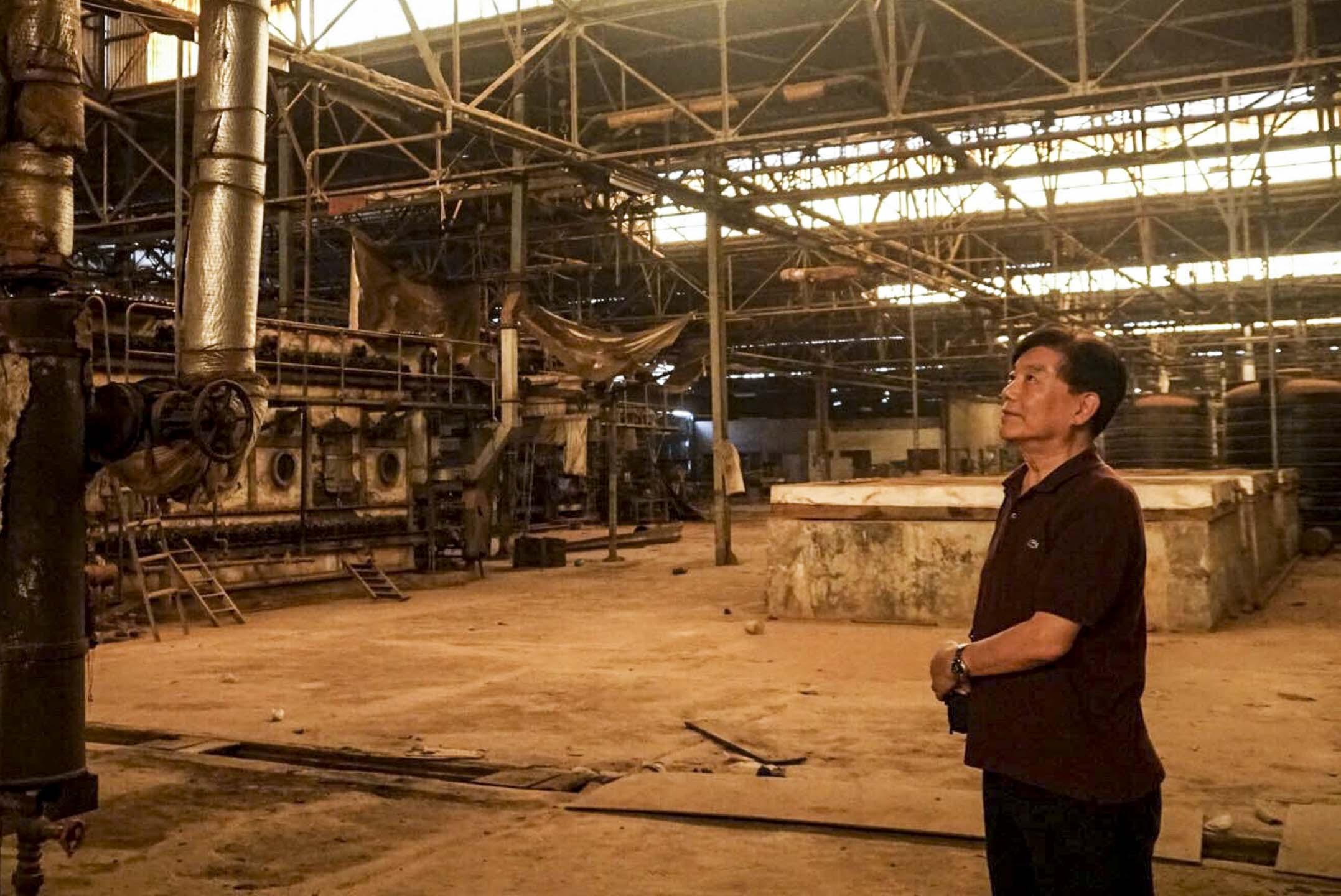 加納紡織公司生產廠房已停止運營,庫房被重整成物流貨倉,這是這間工廠目前的唯一業務。年過78歲的廣良宇踱步到一台印花機前,不無惋惜。 攝影:張子竹