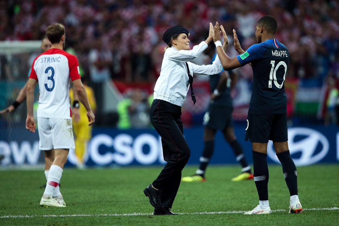 世界盃決賽,於下半場比賽期間,有示威者衝入球場,反普京俄羅斯樂隊「Pussy Riot」其後承認責任。 攝: Matthew Ashton/AMA via Getty Images