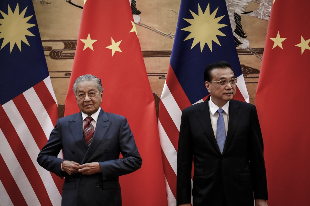 馬來西亞首相馬哈迪結束訪華,並宣布獲中國政府理解,不反對大馬中止東鐵和SSER油氣管工程;但馬哈迪表示,艱難的談判才要正要掀開序幕。 攝:How Hwee Young/Pool via AFP/Getty Images