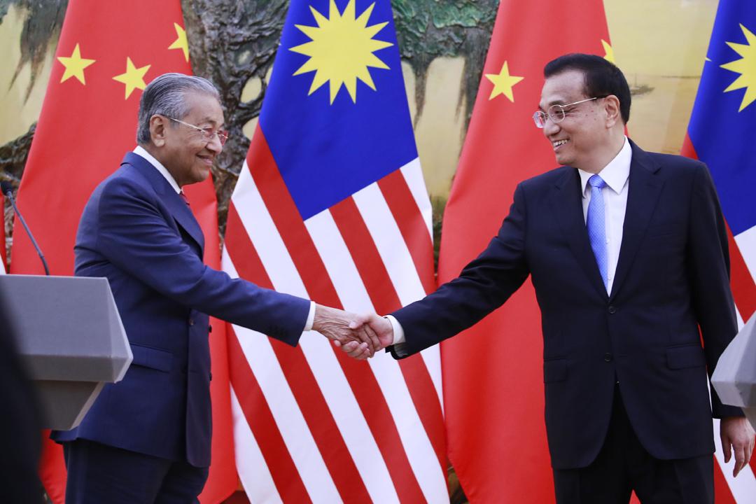馬來西亞首相馬哈迪(Mahathir Mohamad)到訪中國,今早與中國國務院總理李克強舉行會談後,一同會見傳媒。 攝:How Hwee Young / Getty Images