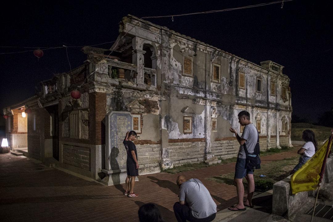 金門古洋樓曾為共軍指揮所,牆上佈滿戰爭痕跡,旁邊現在是一間民宿,與古洋樓相連。