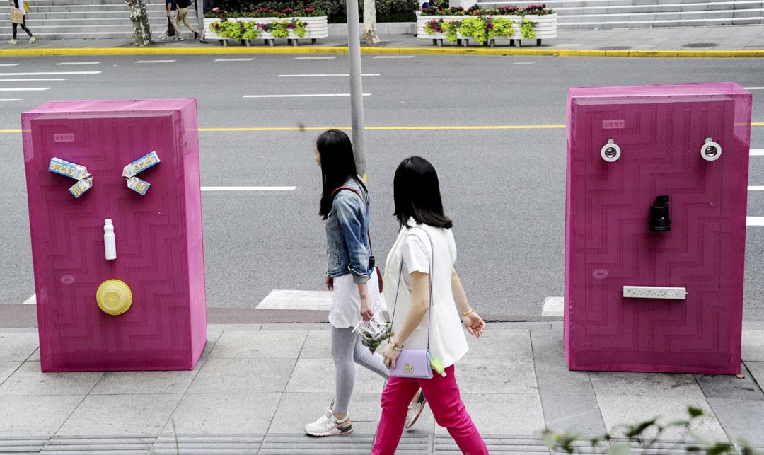 「三觀警察」和「小粉紅」的行為模式十分相似,都秉承着自己的道德直覺,四處攻擊越軌之人,維持他們心中的秩序。2014年10月9日,上海為設計週活動而將街上兩個變電站變成粉紅色卡通機械人。