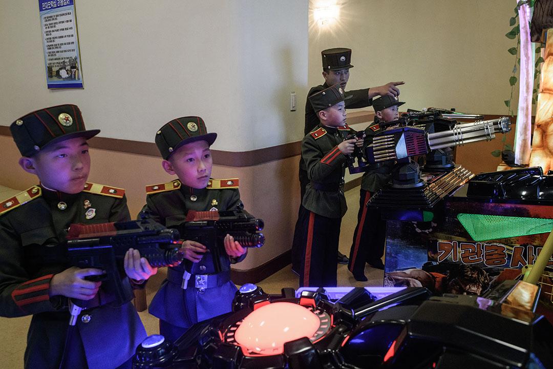2018年4月10日,學生在萬景台革命學院玩電腦遊戲。