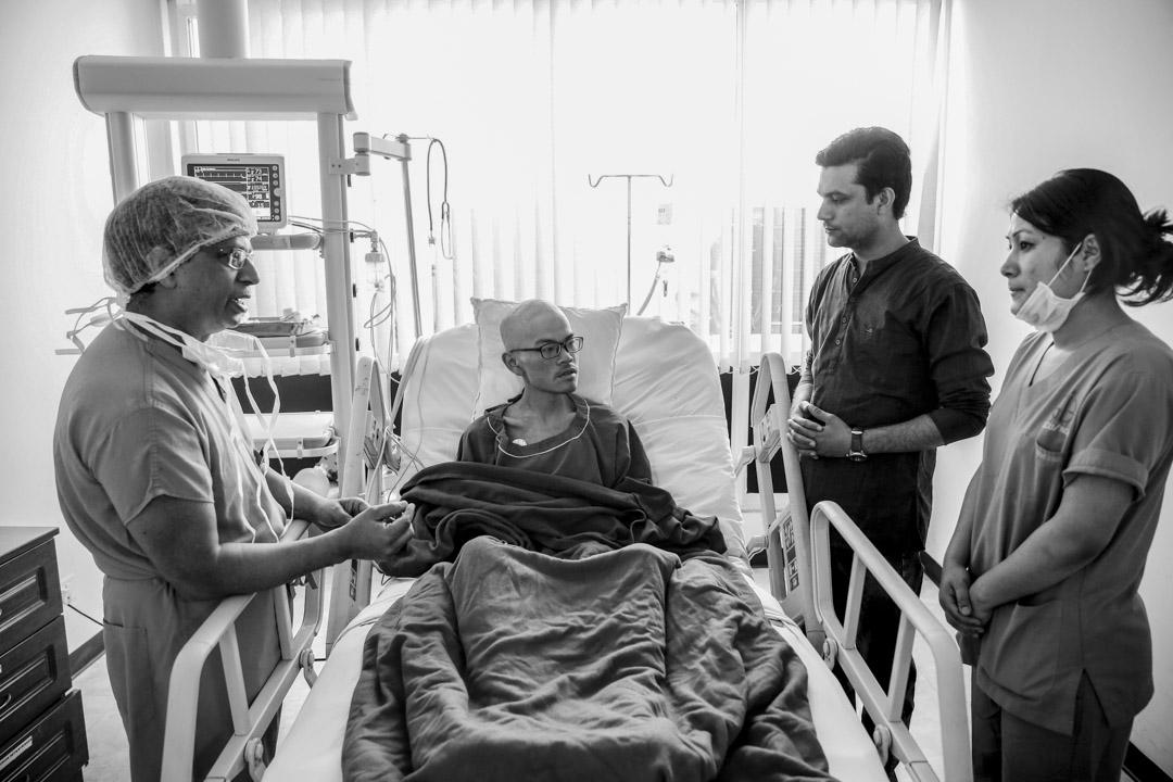 2017年4月26日,梁聖岳在醫院接受檢查。