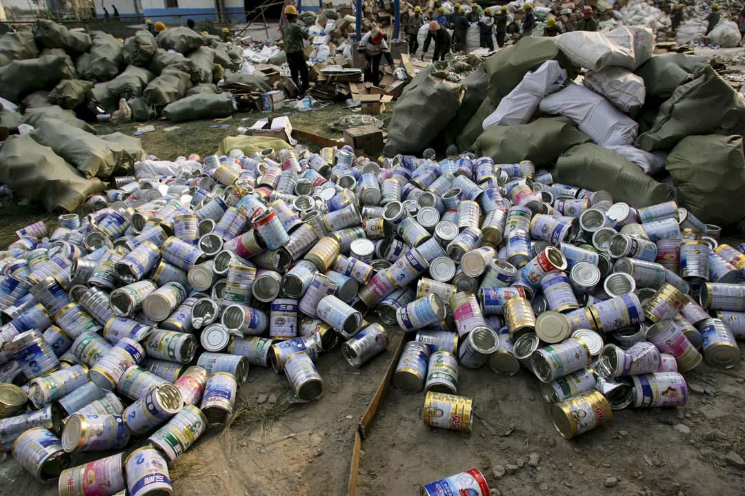 2008年10月,河北石家莊,已倒出三鹿問題奶粉的空罐。