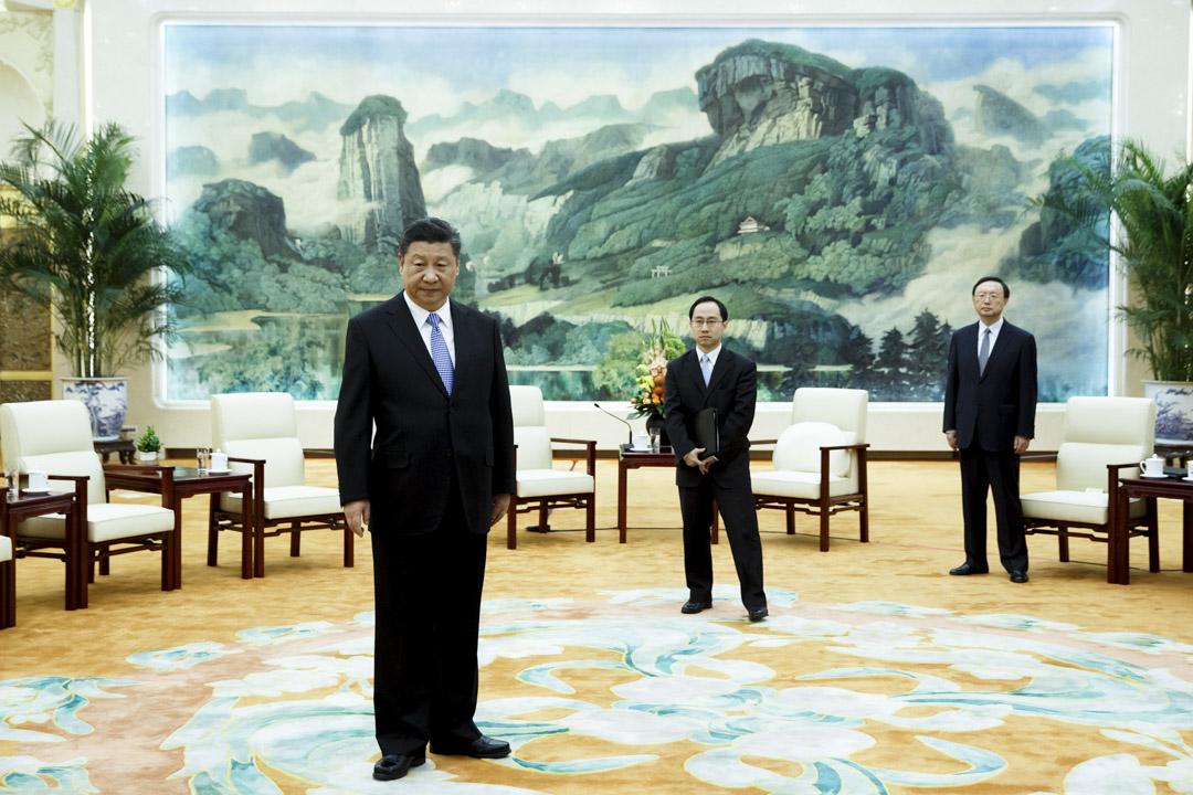 習近平就其對內權力的執掌程度已超過自1950年代毛澤東的鼎盛時期以來中國的歷任領導人;並且,他在世界舞台上也變得極具影響。 攝:Thomas Peter/AFP/Getty Images