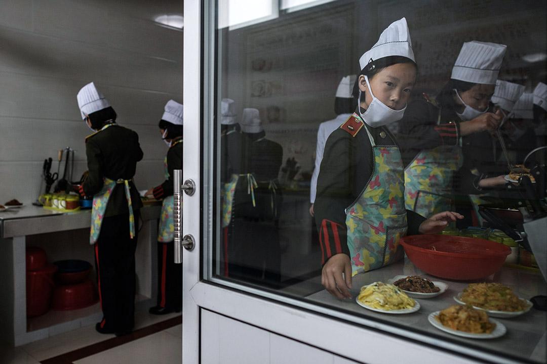 學生在康盘石革命學院參加烹飪班。