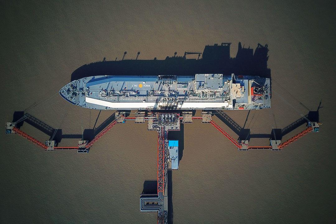 中國進口天然氣主要分為管線運送的天然氣和船運的液化天然氣(LNG),前者主要來自俄羅斯和中亞,後者則是卡塔爾、澳洲、印尼等地。 圖為2018年1月15日,運送液化天然氣的澳洲「南十字號」,停泊在中國洋口港。