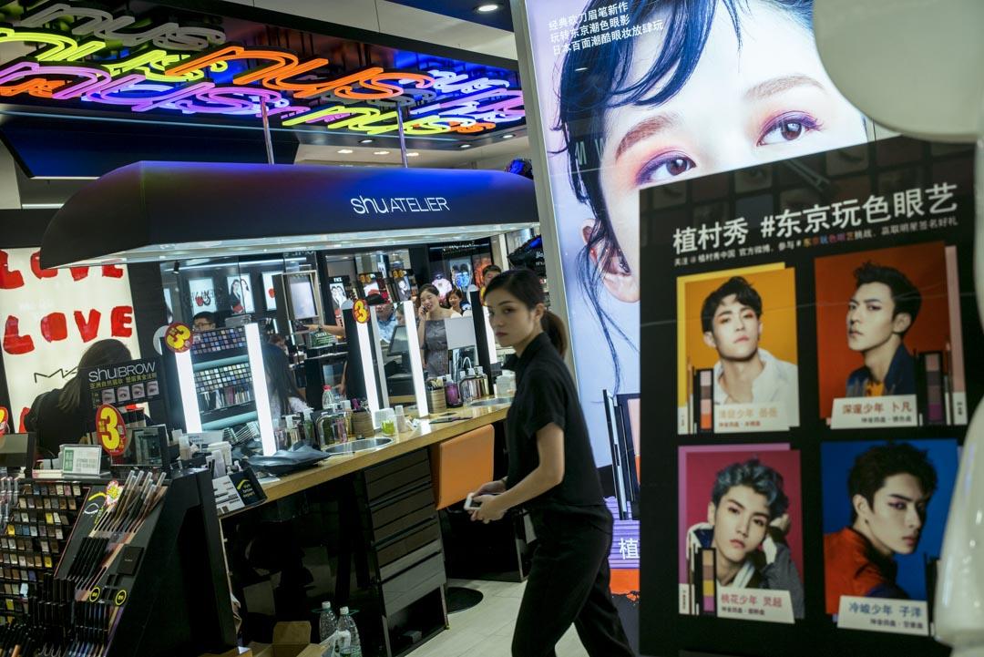 在中國化妝的年輕男生不在少數,男士化妝需求的擴大催生了越來越多的男士專用化妝品。