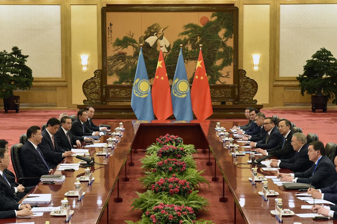 據俄羅斯報章《獨立報》指,中國「一帶一路」戰略在中亞地區的項目滋生腐敗、激發反華情緒,其中哈薩克斯坦近年曾爆發多次大規模反華示威。圖為去年5月,哈薩克斯坦總統納扎爾巴耶夫(Nursultan Nazarbayev)到北京出席「一帶一路論壇」期間,與中國國家主席習近平舉行峰會。 攝:Kenzaburo Fukuhara / Getty Images