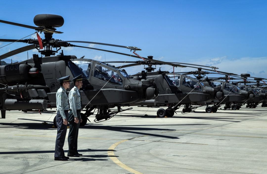 美國着手進一步強化美台防務關係,這的確是美國對中國施壓的一張好牌。圖為陸軍航空AH-64E阿帕契攻擊直升機成軍典禮,兩名台灣軍人站在一排美製的阿帕奇AH-64E攻擊直升機前。