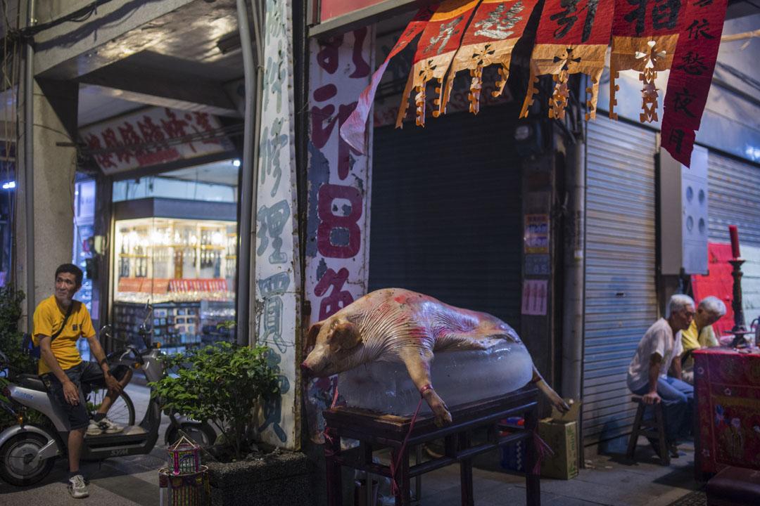 2018年8月18日,金門金湖鎮的寺廟外,擺放著祭祀的豬。