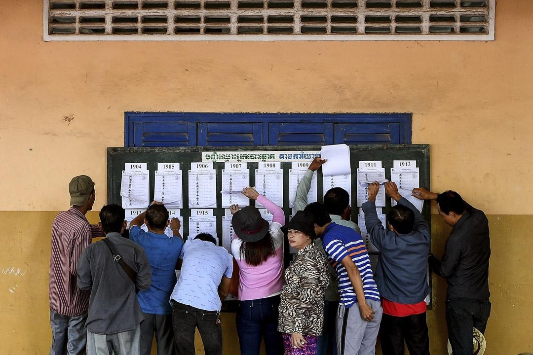 反對黨被解散的前提下,「廢票率」成為檢驗大選民心向背的重要指標。大選約695萬人投票,投票率約83.02%,廢票則超過9%,總計57萬餘張,比其他十九個正式註冊的政黨得票總數都高,也遠超過上次大選的廢票數十萬張。 攝:Manan Vatsyayana/AFP/Getty Images