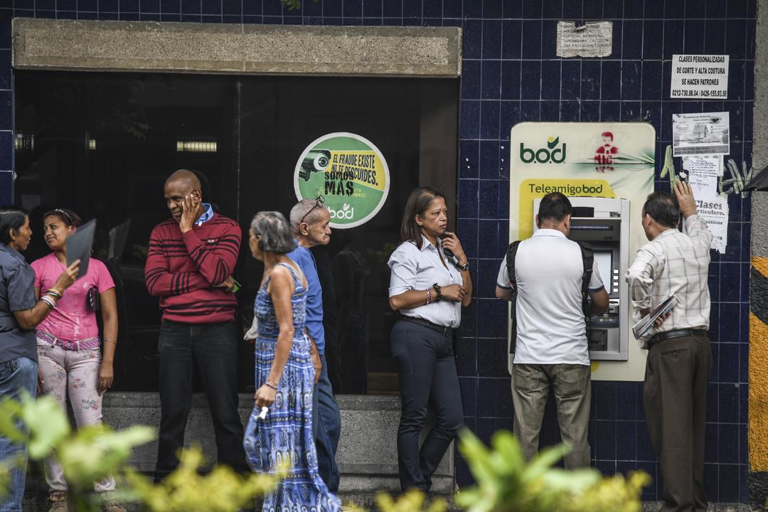 委內瑞拉近日推出新貨幣「主權玻利瓦爾」,當局限定每人一天只可以從自動櫃員機提取10主權玻利瓦爾,約相等於黑市價的0.15美元。 攝:Roman Camacho / Getty Images