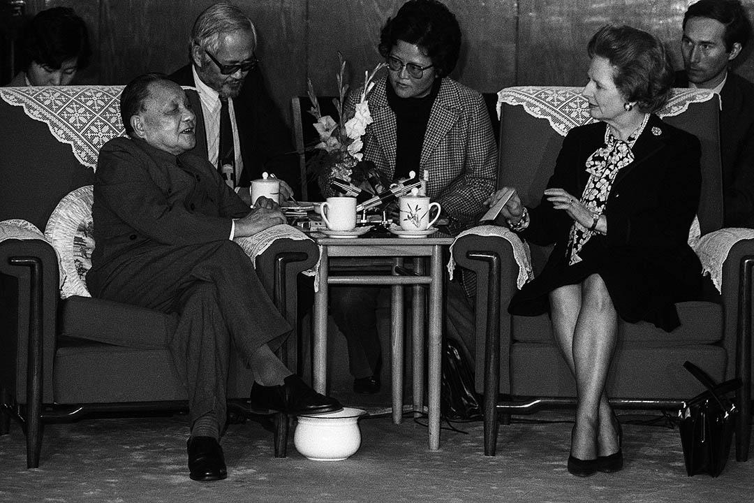 近年,一些內地官員或本地人士談及「一國兩制」時,都似乎刻意忽略或迴避提及《中英聯合聲明》,彷彿《聯合聲明》從未存在或再沒有任何意義。圖為1984年12月19日,當時中國中央軍委主席鄧小平與英國首相戴卓爾夫人會面。 攝:Pierre-Antoine Donnet/AFP via Getty Images